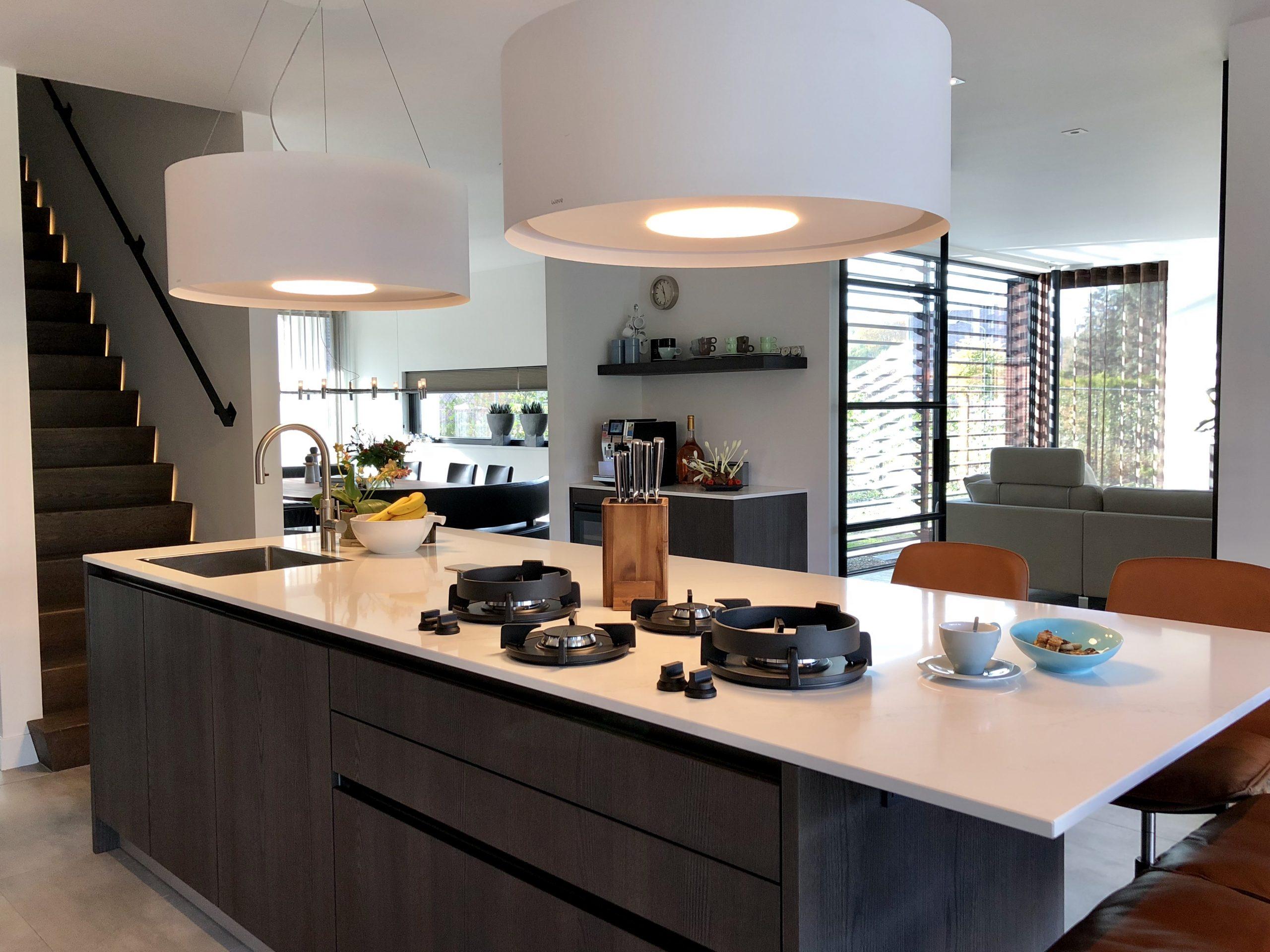 designkeuken met kookeiland en miele keukenapparatuur