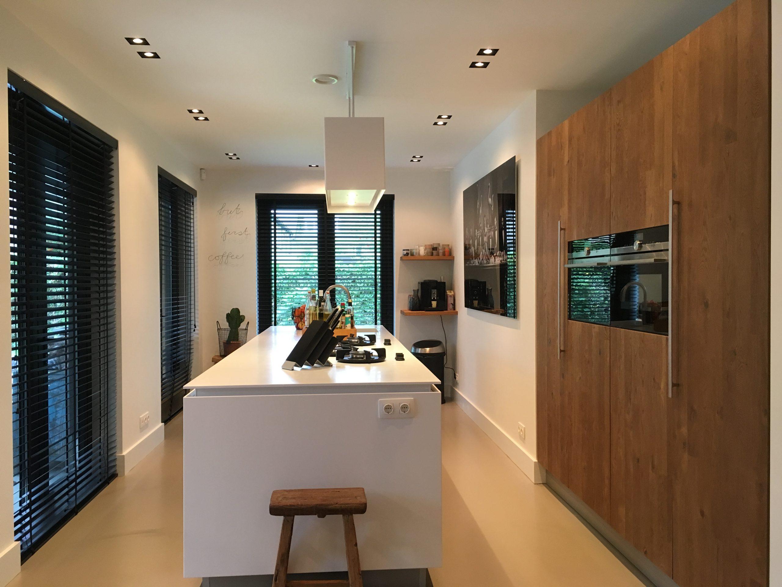opvallende designkeuken in wit en hout