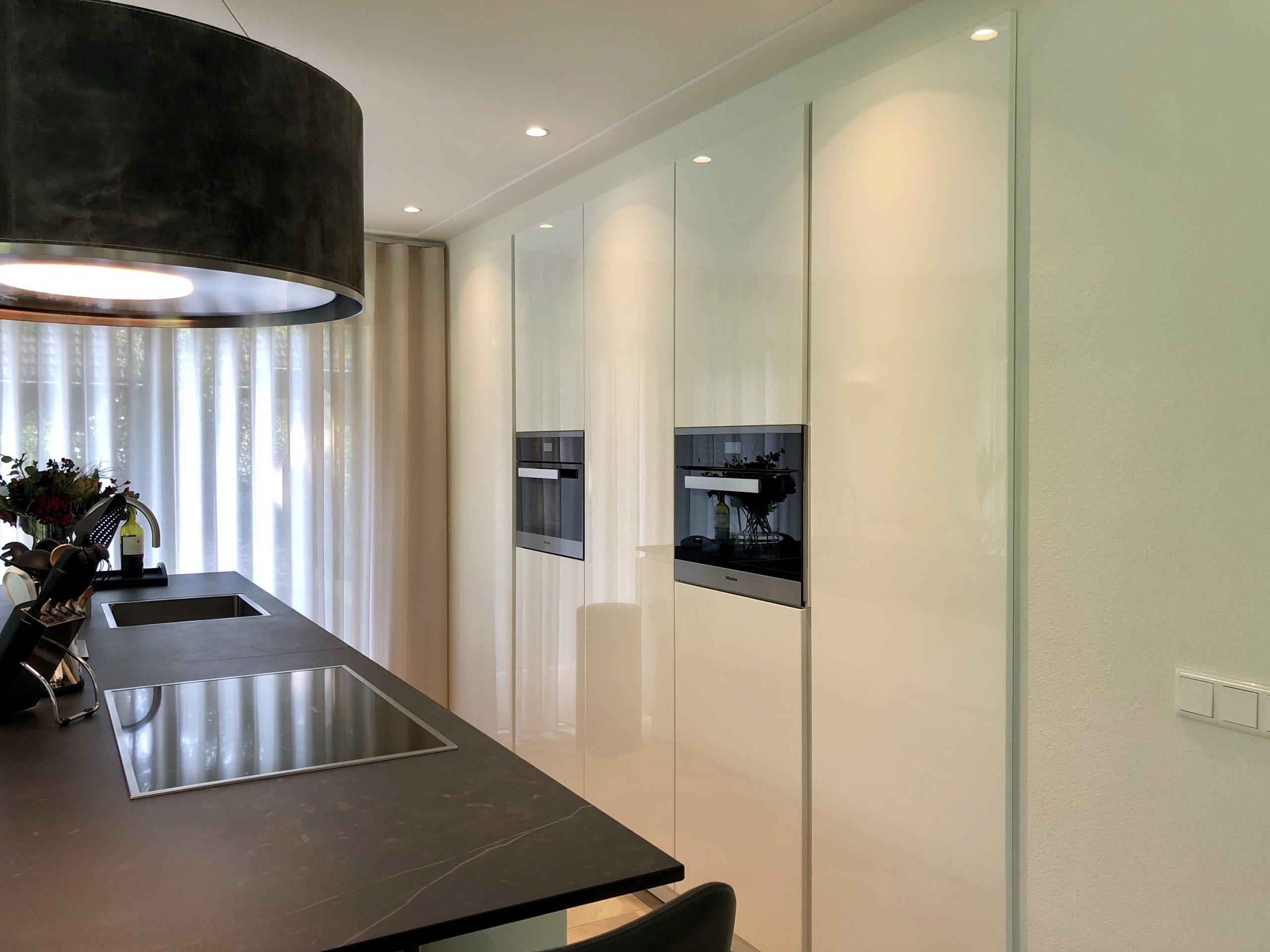 designkeuken met witte kastenwand en kookeiland