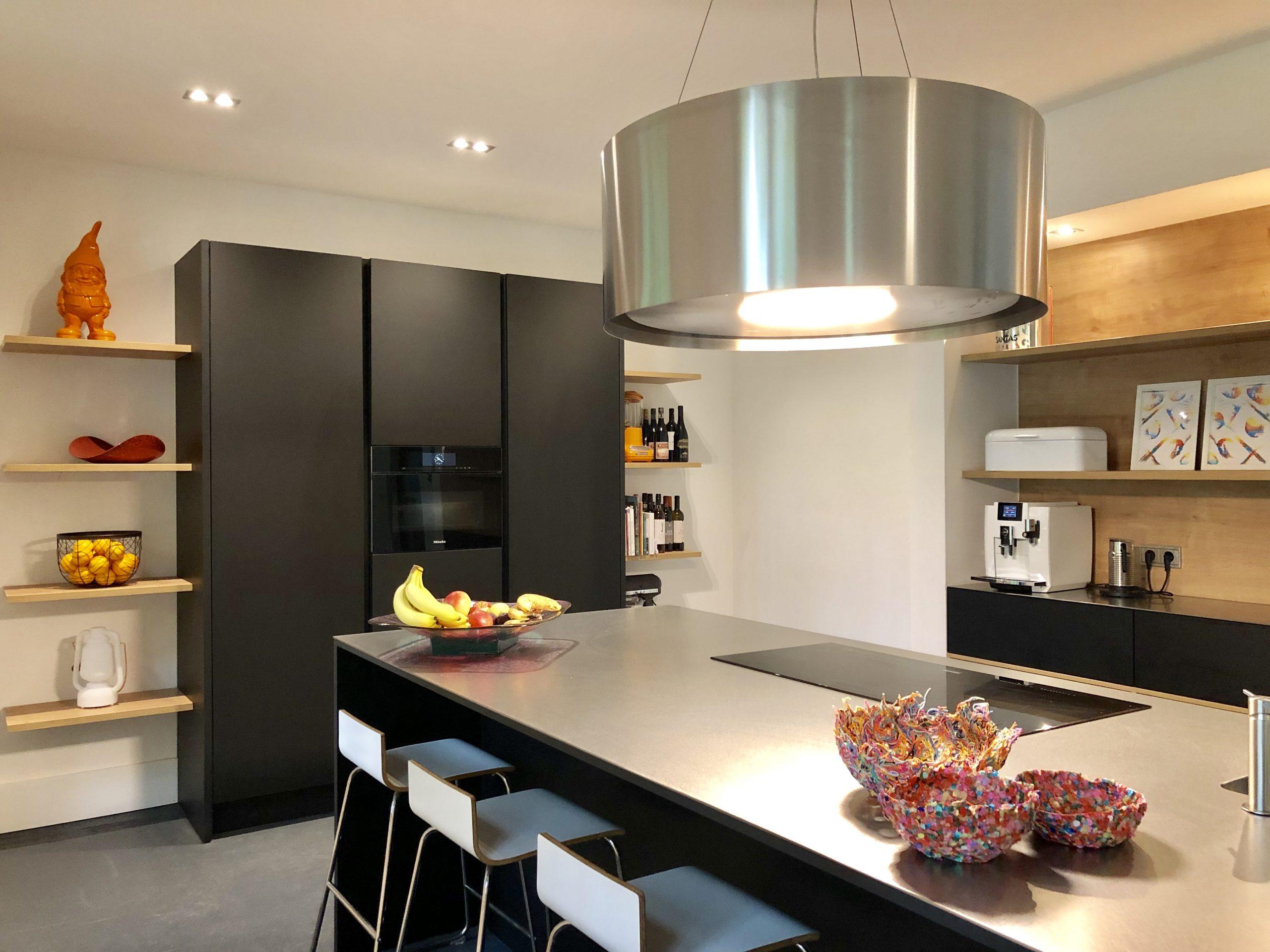 wildhagen designkeuken met wandkast en kookeiland