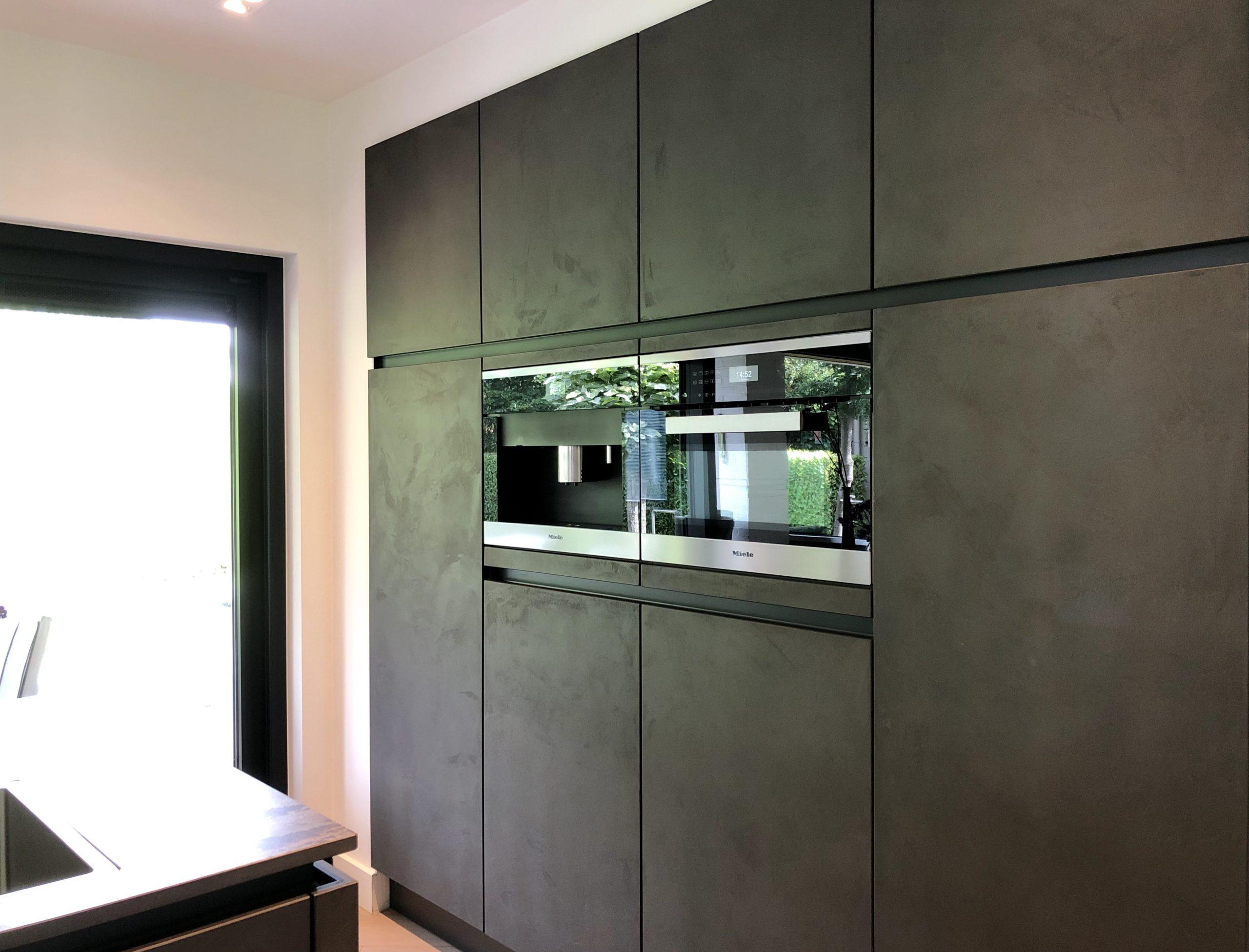 donkere kastenwand met keuken inbouwapparatuur