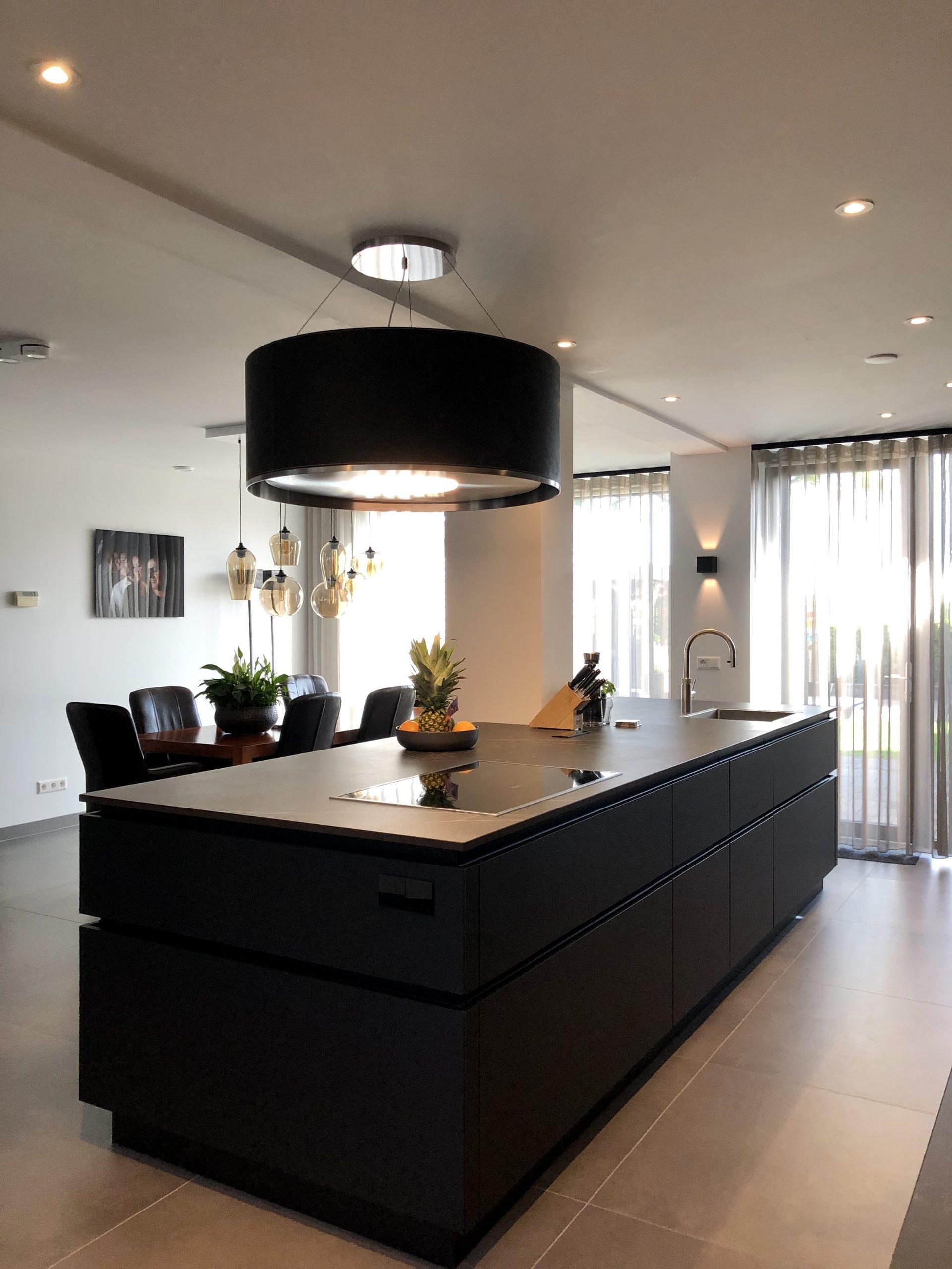designkeuken met kookeiland geintegreerde pilaar
