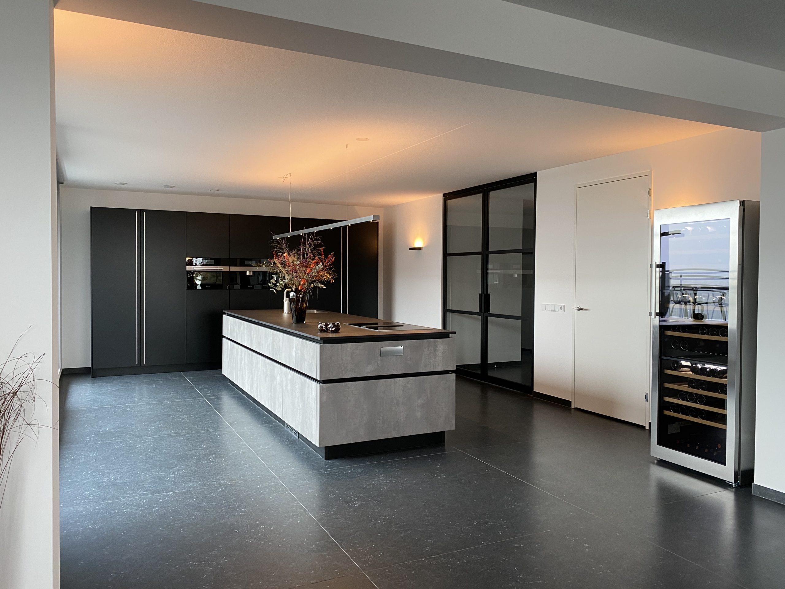 designkeuken met kookeiland en wijnkast