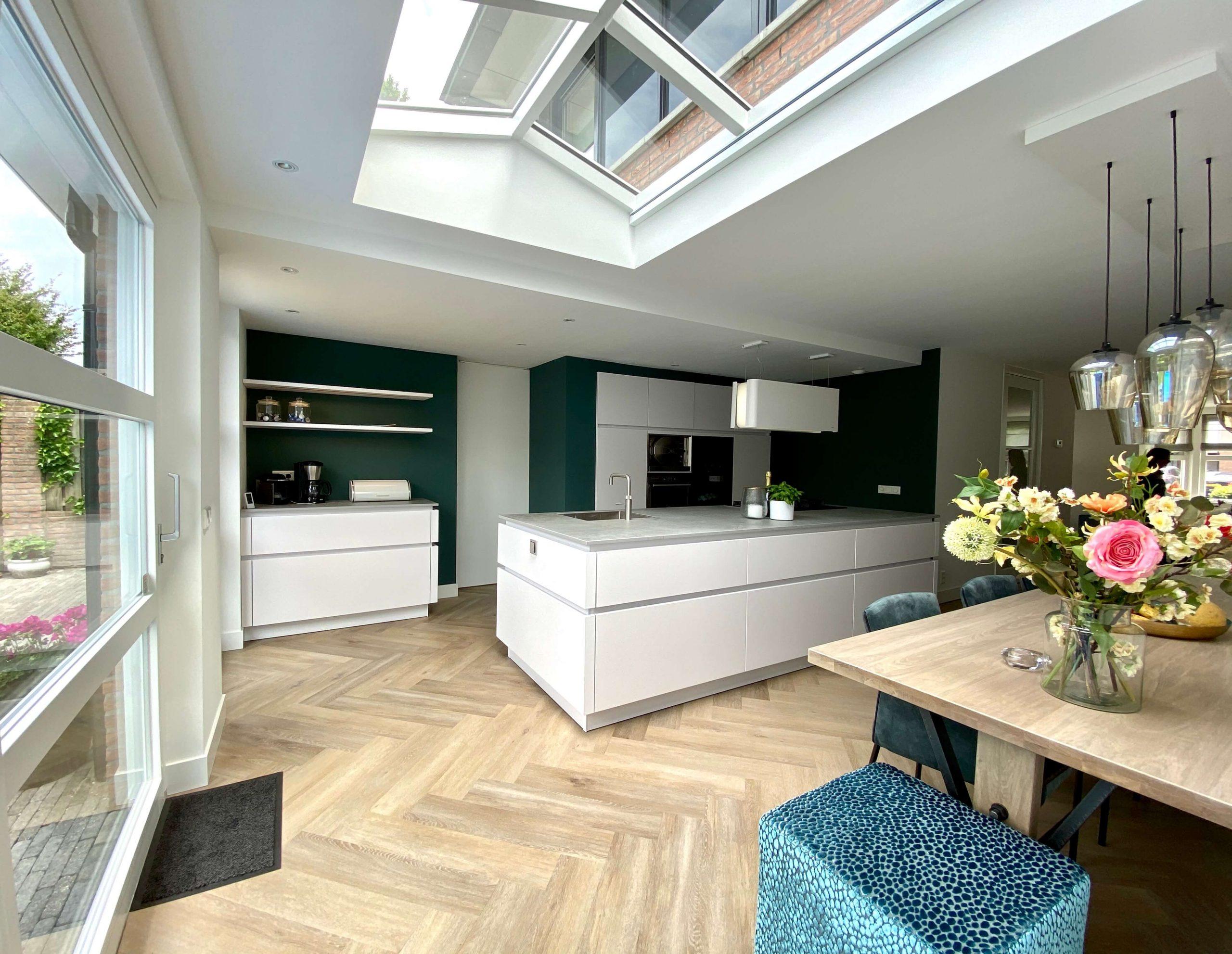 witte greeploze designkeuken in ruimte keukenuitbouw