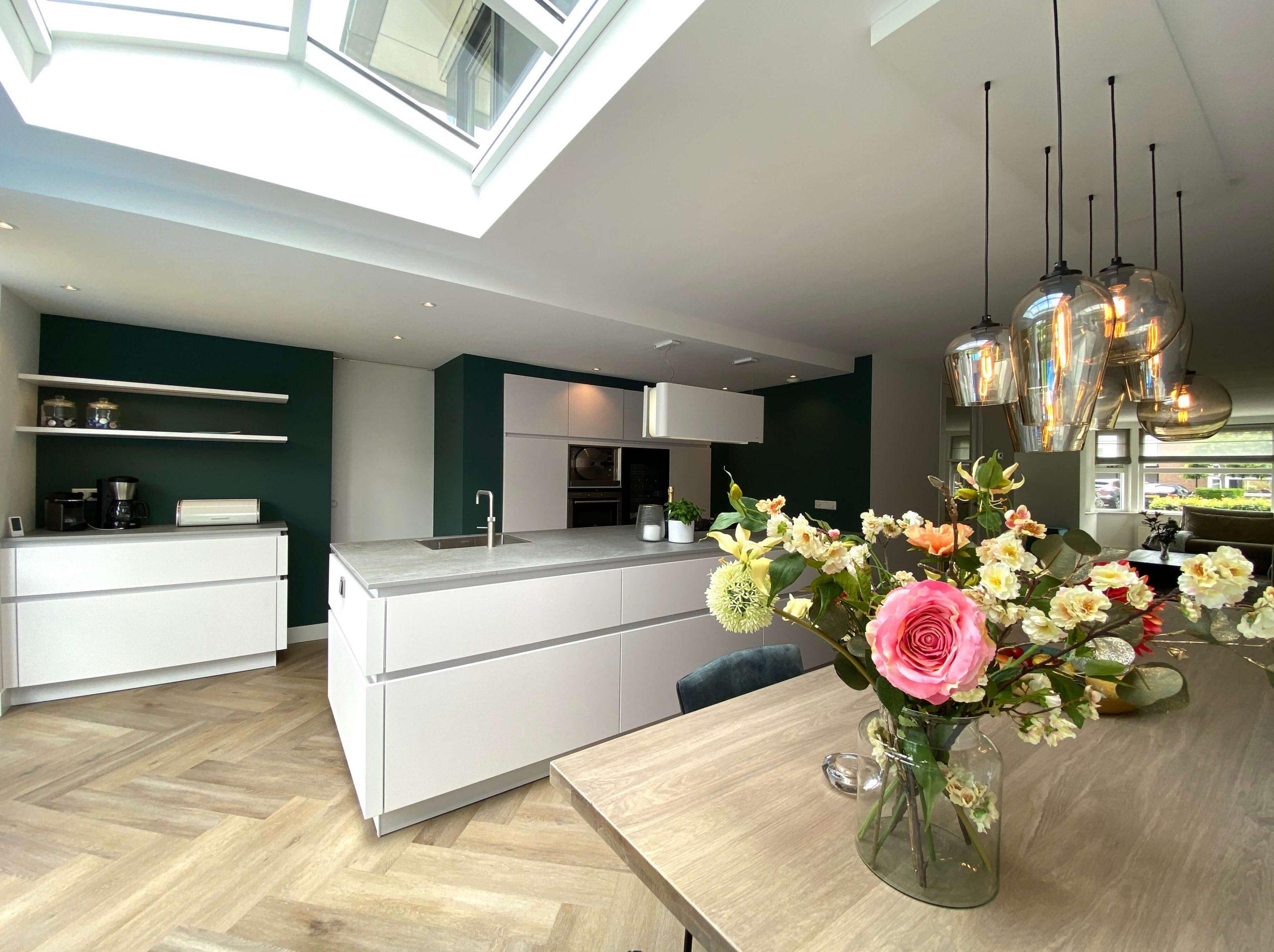 stijlvolle witte designkeuken in ruimte keukenuitbouw wildhagen