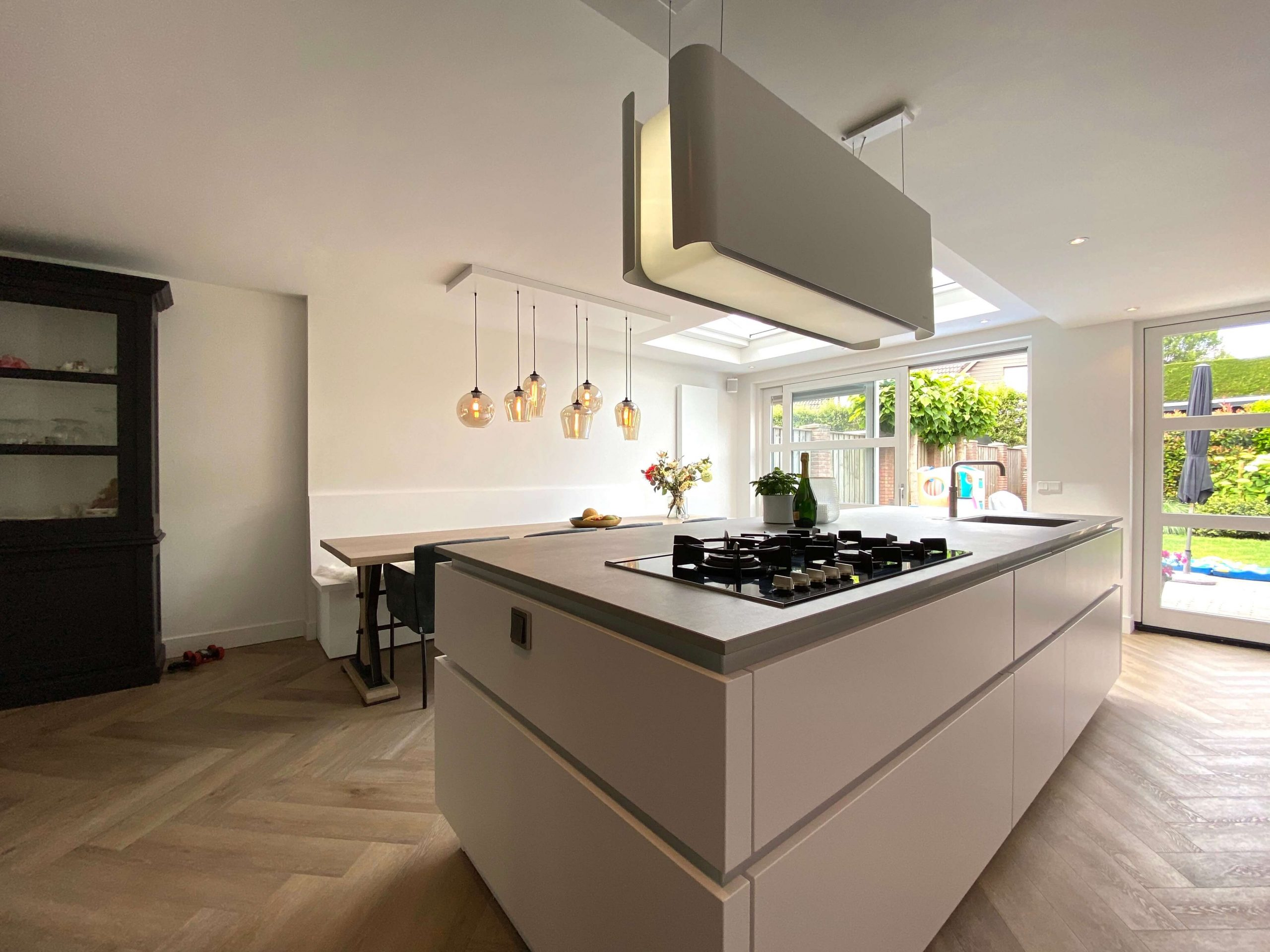 ruimte keukenuitbouw met designkeuken en kookeiland van wildhagen