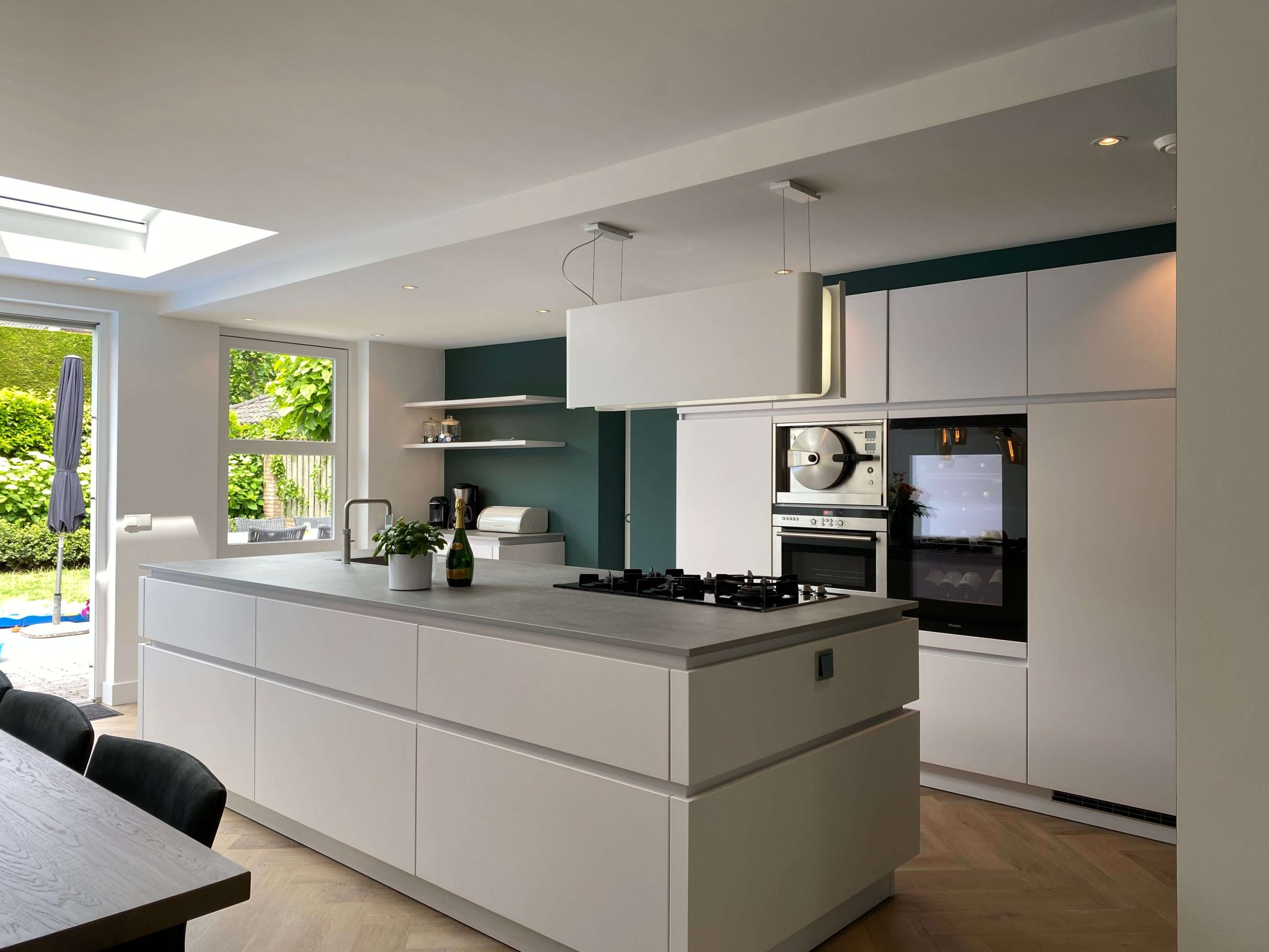 greeploze witte designkeuken in ruimte keukenuitbouw
