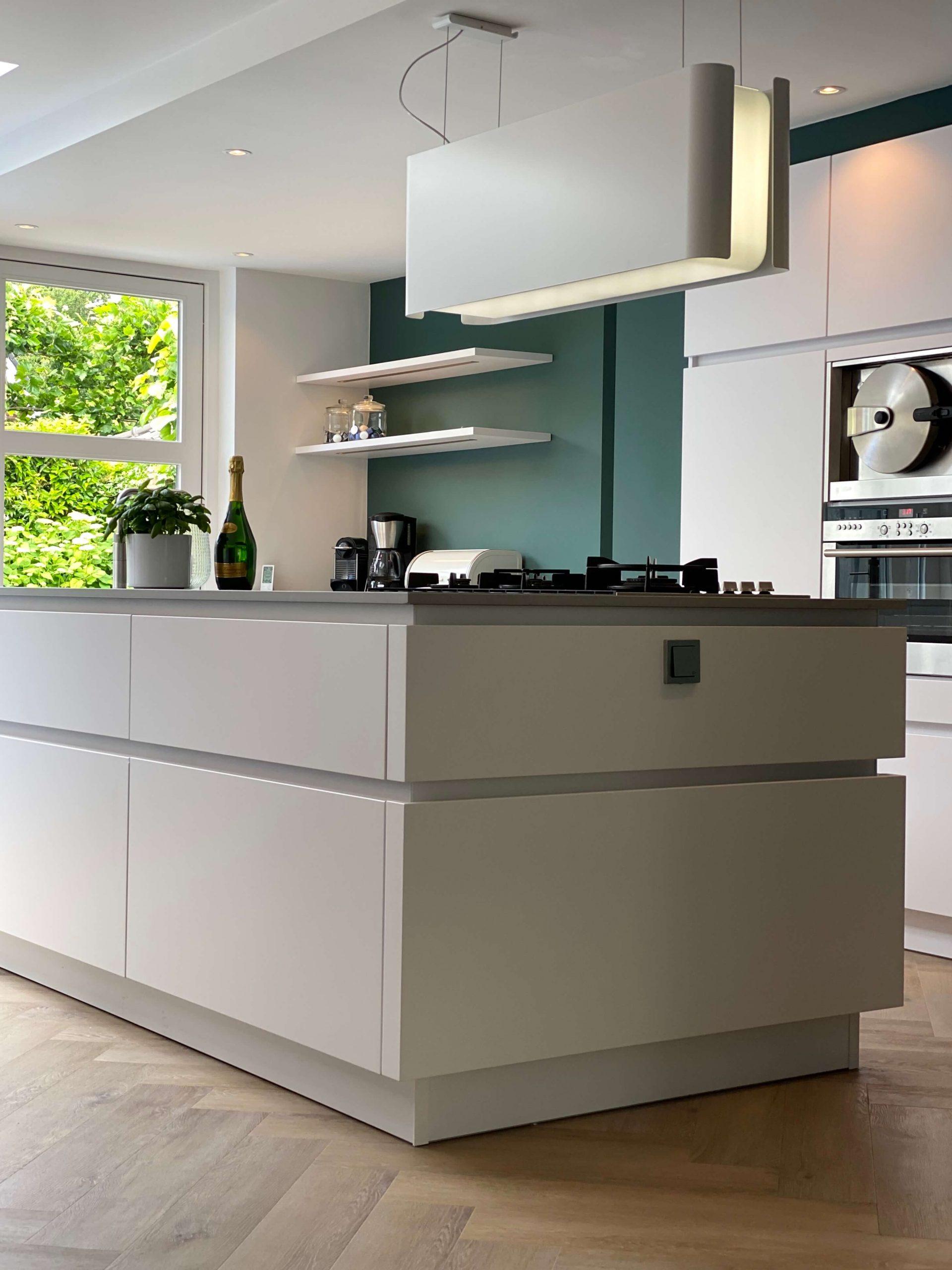 wildhagen leicht designkeuken met wit greeploos kookeiland