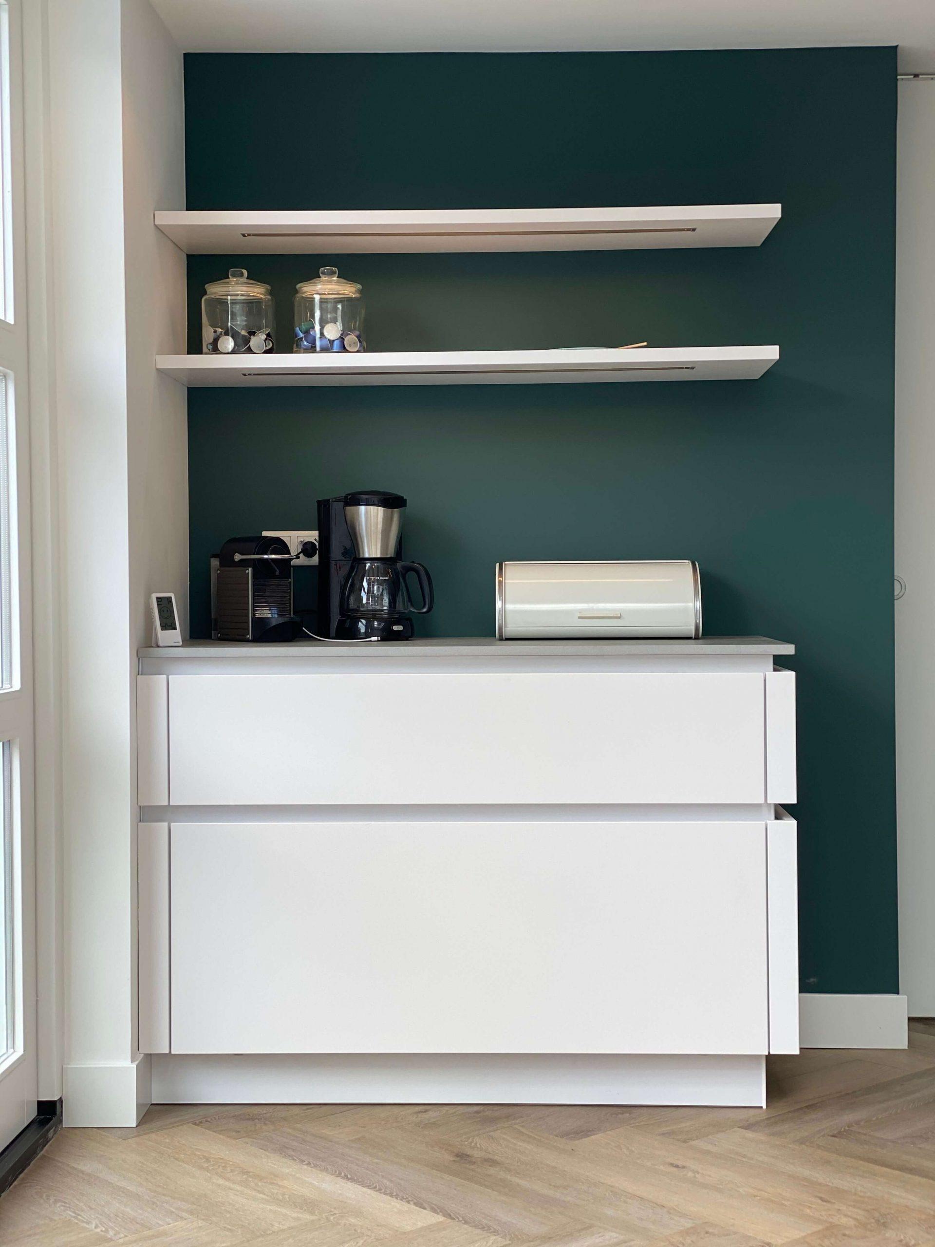 designkeuken leicht met witte, greeploze koffiecorner