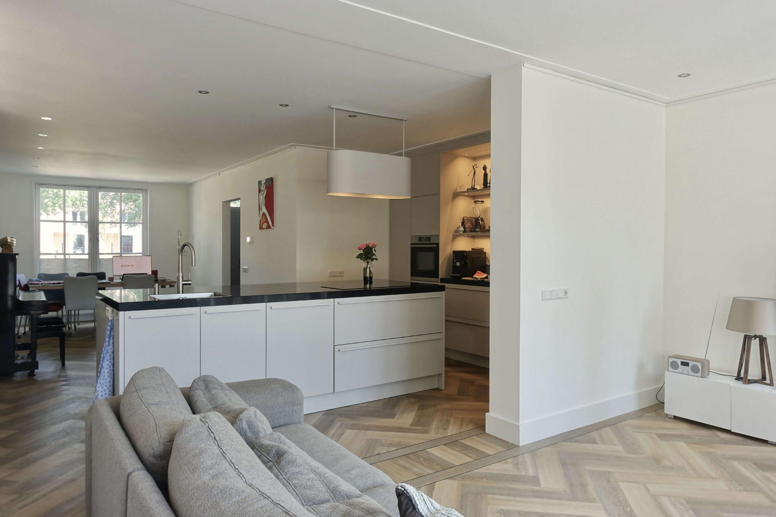 designkeuken met kookeiland in uitbouw woning