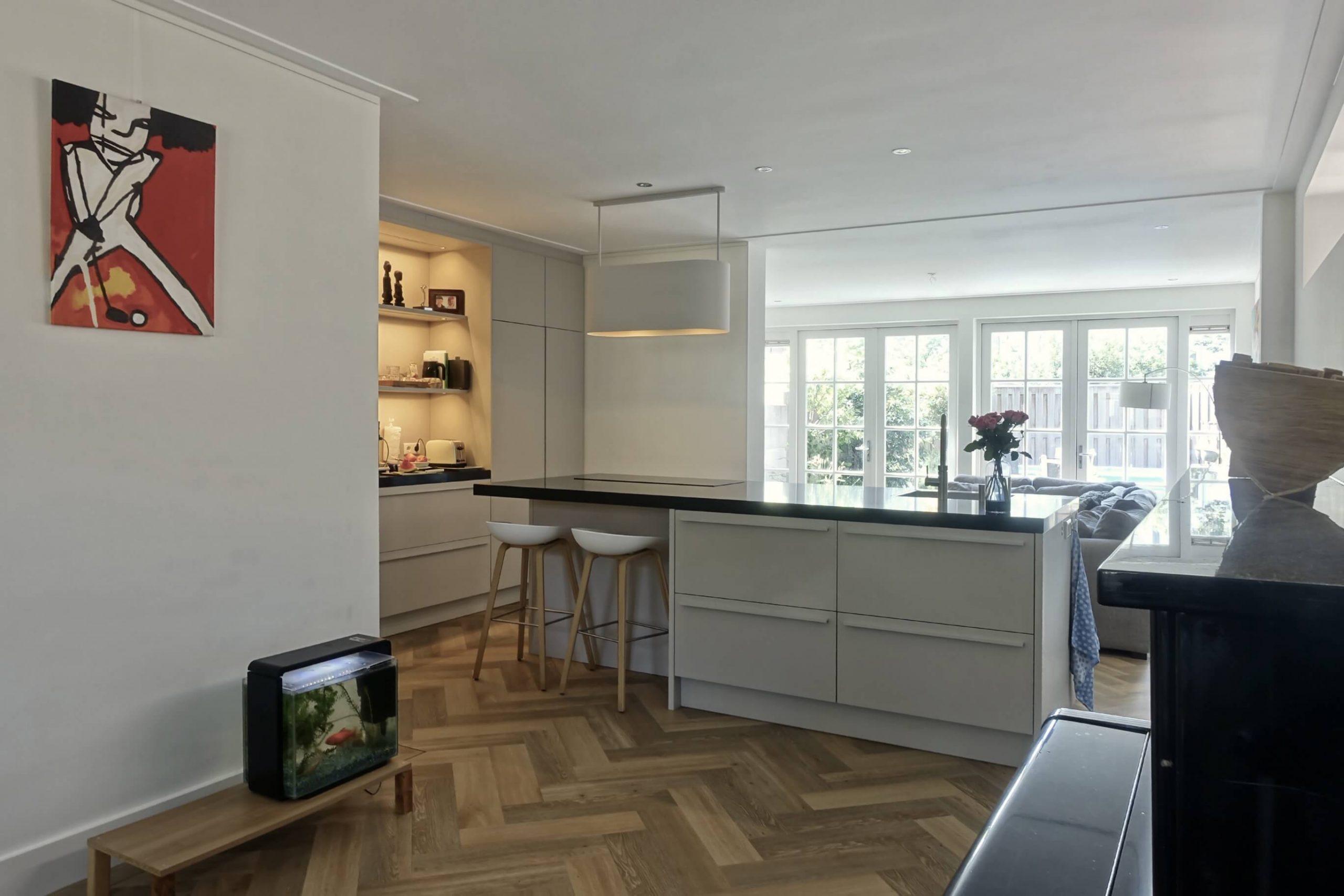 designkeuken met kookeiland in ruime woning