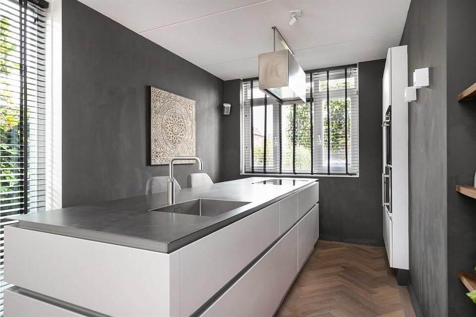 designkeuken met kookeiland in kleine keuken