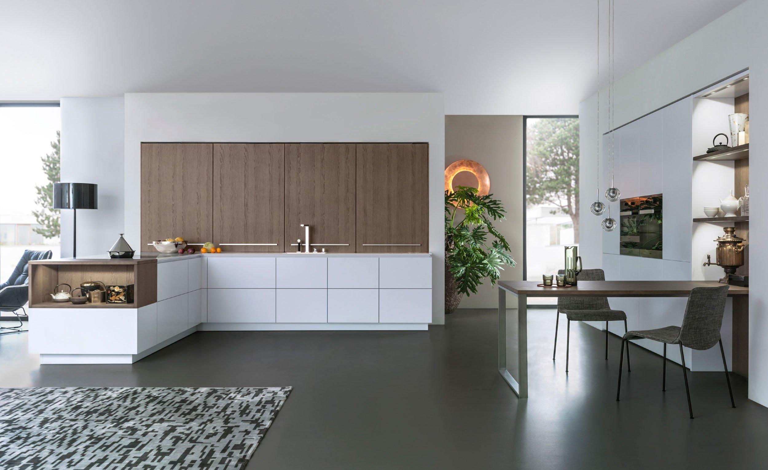 Elegante designkeuken van natuurlijk essenhout